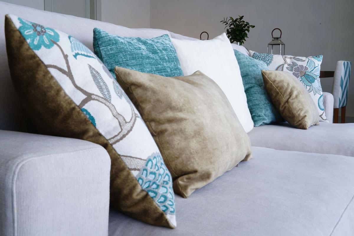 Decoración cojines sofa piso Pozuelo